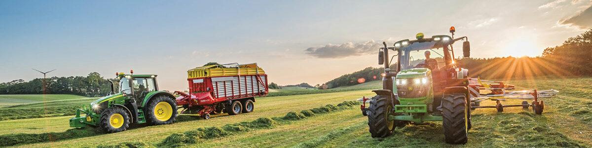 REBO Landmaschinen John Deere Traktoren im Einsatz.